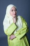 Femme musulman confiant dans traditionalclothing image stock