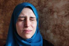 Femme musulmane arabe pleurante photographie stock