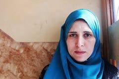 Femme musulmane arabe pleurante images stock