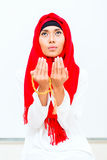 Femme musulmane asiatique priant avec la chaîne de perles Photo stock