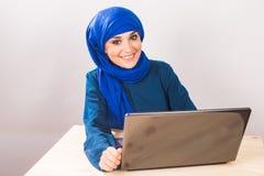 Femme musulmane asiatique travaillant avec l'ordinateur Images libres de droits