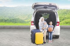 Femme musulmane avec ses enfants à extérieur Photo libre de droits