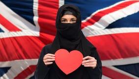 Femme musulmane dans le hijab tenant le coeur rouge Image libre de droits