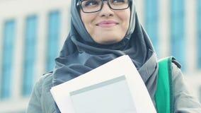 Femme musulmane excitée tenant les livres d'instruction, égalité entre les sexes dans l'éducation clips vidéos