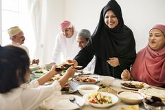 Femme musulmane partageant la nourriture au festin de Ramadan photo libre de droits