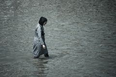 Femme musulmane prenant un bain en mer compl?tement couverte de v?tements photos stock