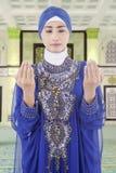 Femme musulmane priant dans la mosquée Images libres de droits