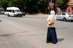 Femme musulmane se tenant dans la route Photographie stock libre de droits