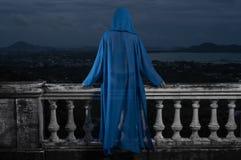 Femme mystérieuse au-dessus de ciel nuageux et de paysage urbain Image stock