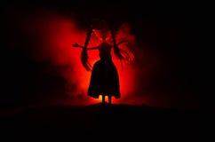 Femme mystérieuse, scène d'horreur de femme effrayante de poupée de fantôme sur le fond bleu-foncé avec de la fumée Images stock