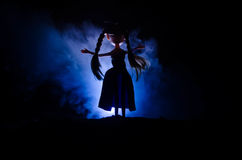 Femme mystérieuse, scène d'horreur de femme effrayante de poupée de fantôme sur le fond bleu-foncé avec de la fumée Images libres de droits