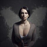 Femme négligée avec des ailes image libre de droits