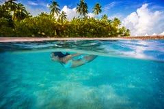Femme nageant sous l'eau Image stock