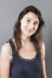 Femme naturelle avec les cheveux fins souriant exprimant le bien-être Photo stock