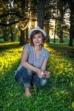 Femme naturelle posant avec des arbres dans le contre-jour ensoleillé Photos libres de droits