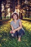 Femme naturelle posant avec des arbres dans le contre-jour ensoleillé, rétro filtre Images stock