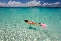Femme naviguant au schnorchel dans l'eau tropicale photo libre de droits