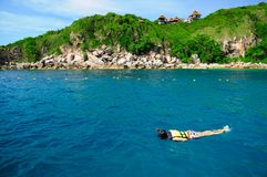 Femme naviguant au schnorchel en eau propre photo libre de droits