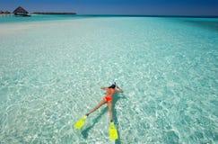 Femme naviguant au schnorchel en Maldives Images stock