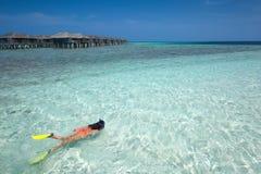 Femme naviguant au schnorchel en Maldives Image stock
