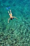 Femme naviguant au schnorchel en mer Photographie stock