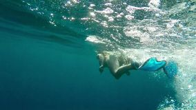 Femme naviguant au schnorchel en mer - mouvement lent Photo stock
