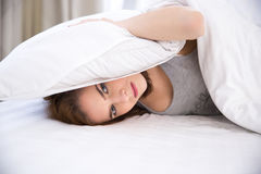Femme ne pouvant pas dormir Photo stock