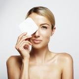 Femme nettoyant son visage Images stock