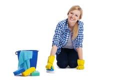 Femme nettoyant un plancher photo stock