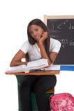 Femme noir d'étudiant universitaire étudiant l'examen de maths Photos libres de droits