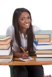 Femme noire d'étudiant universitaire par la pile de livres Image stock