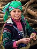 Femme noire de Hmong utilisant le vêtement traditionnel, Sapa, Vietnam Photographie stock libre de droits