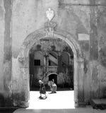 Femme noire et blanche de bâtiment de Tortora Calabre dans la cour photos libres de droits