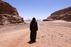 Femme nomade avec le burka en rhum d'oued photos libres de droits