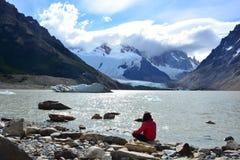 Femme non identifiée à l'intérieur du parc national de visibilité directe Glaciares, EL Chaltén, Argentine Images libres de droits