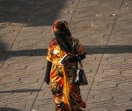 Femme non identifiée avec la belle robe image stock