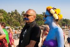 Femme non identifiée avec la peau bleue et un homme avec une moustache bleue au festival annuel des phénomènes, plage d'Arambol, G Image stock