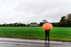 Femme non identifiée dans la Chambre et les jardins de Muckross photos stock