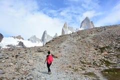 Femme non identifiée se baladant à l'intérieur du parc national de Glaciares, EL Chaltén, Argentine Photographie stock