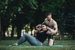 Femme obèse faisant reposer-UPS avec l'entraîneur personnel photos libres de droits