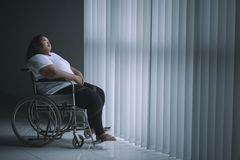 Femme obèse seule s'asseyant dans le fauteuil roulant image libre de droits