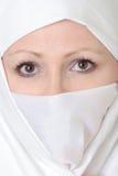 Femme observée par brun voilée Image stock