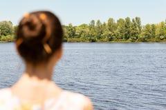Femme observant à la rivière Photos libres de droits