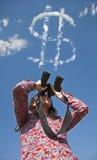 Femme observant avec des jumelles images stock