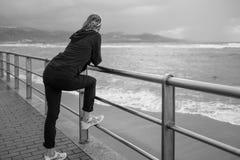 Femme observant l'océan photo stock