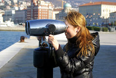 Femme observant la mer Image stock
