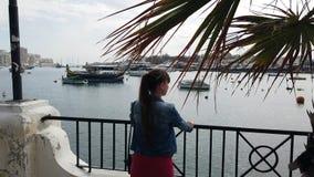 Femme observant la mer avec des bateaux banque de vidéos