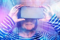 Femme observant la vidéo 360 avec le casque de réalité virtuelle image stock