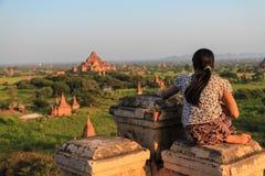 Femme observant le coucher du soleil en Bagan Myanmar Image stock