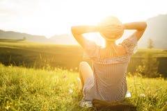 Femme observant le coucher du soleil Sérénité et relaxation Photos stock